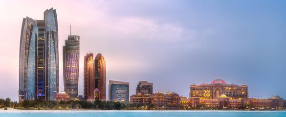 Pogled na Abu Dhabi Skyline pri izlasku sunca, UAE