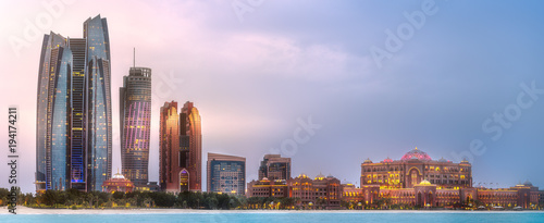 Poster Batiment Urbain View of Abu Dhabi Skyline at sunrise, UAE