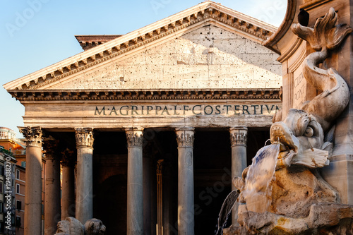 Poster Oude gebouw Fountain and the ancient roman Pantheon in Rome at sunset