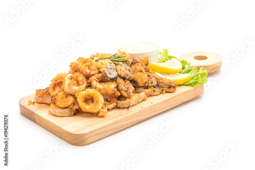 Photo fried seafood (squids, shrimps, mussels) with sauce
