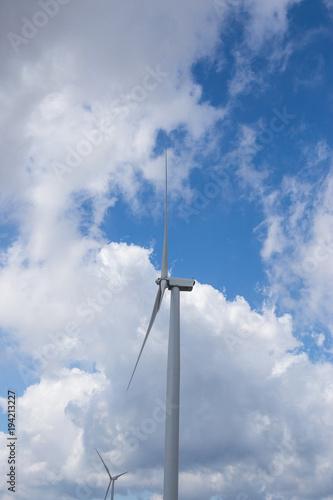 Zdjęcie XXL Turbina wiatrowa na błękitne niebo z chmurą