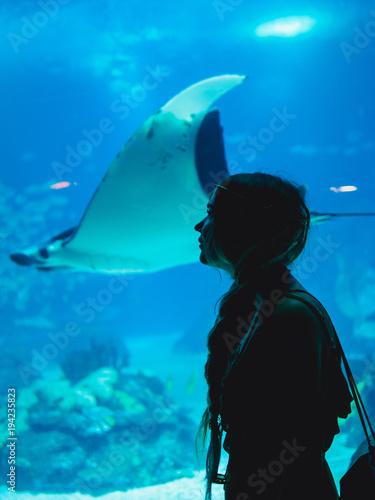 Zdjęcie XXL Dziewczyny dopatrywania ryba przez szkła w Oceanarium