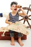 Kind als Pirat verkleidet mit Fernglas