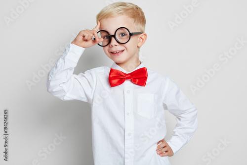 Fotomural Schüler mit Hornbrille hat eine Idee