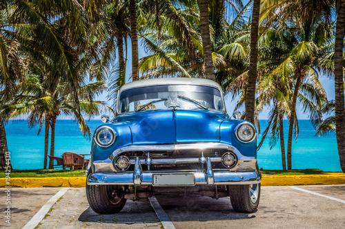 niebieski-samochod-na-plazy