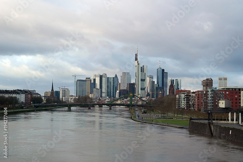 Foto op Aluminium Shanghai Skyline Bankenviertel Frankfurt / Die Skyline des Bankenviertels in Frankfurt hinter dem Fluss Main.