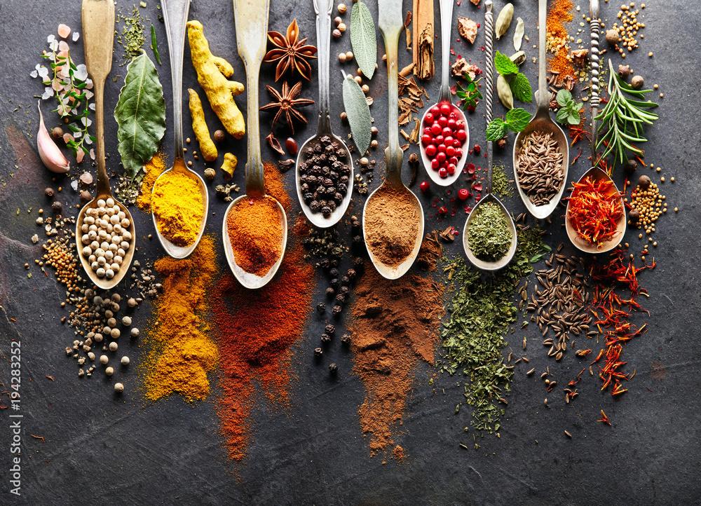 Fototapety, obrazy: Spices on black board