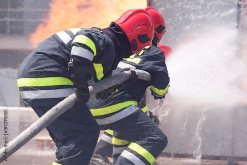 Strażacy w akcji. Walka z ogniem.