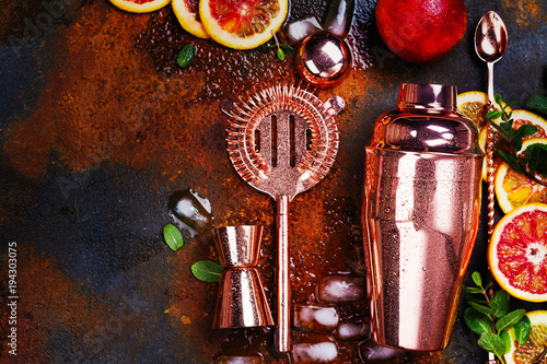 Fotografia  Bar accessories, drink tools and cocktail ingredients on rusty stone table