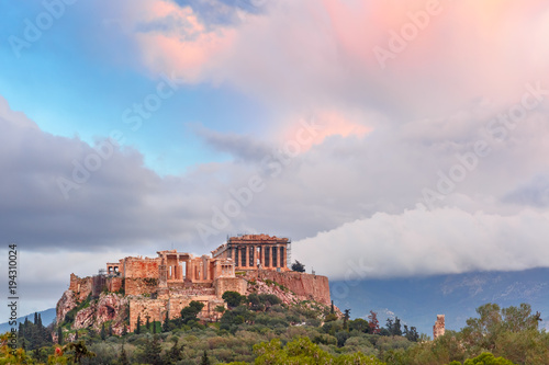 Photo Aerial view of the Acropolis Hill, crowned with Parthenon at sunset in Athens, G