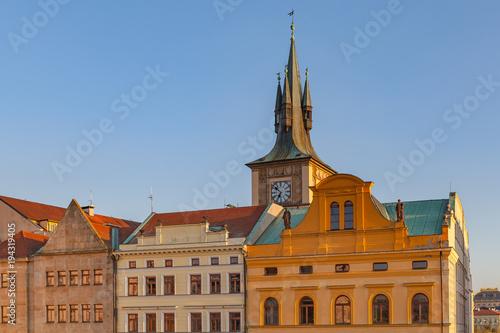 Plakat Ikoniczny widok zegarowa wierza dachy blisko do Charles mosta. Czas zachodu słońca. Praga, Republika Czeska.