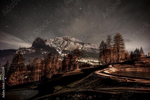 Valokuva  Montagne delle dolomiti in Italia in inverno di notte