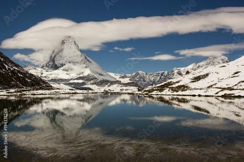 Plakat Odbicie Matterhorn w jeziorze, Riffelsee, śnieg w lecie