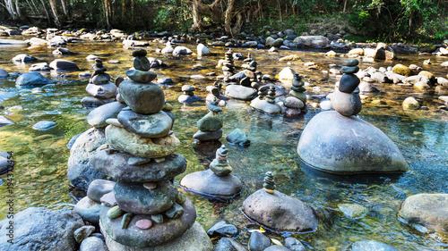 Rio com totens de pedra. Canvas-taulu