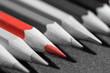 canvas print picture - Makro Buntstifte auf grauer Schiefertafel rot
