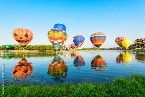 Photo Group of colourful balloons on the lake