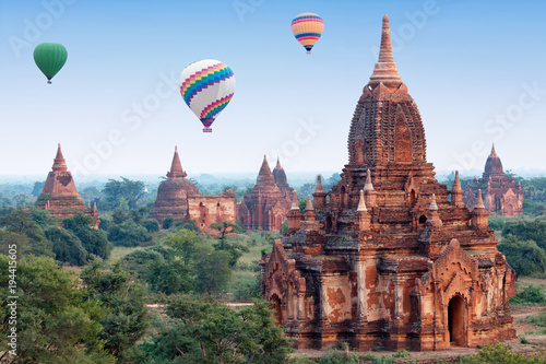 Fotografia Colorful hot air balloons flying over Bagan, Mandalay division, Myanmar
