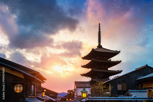 La pose en embrasure Kyoto Yasaka Pagoda and Sannen Zaka Street at sunset in Kyoto, Japan.