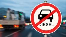 Diesel Fahrverbot Straßenschild - Straßenverkehr Im Hintergrund