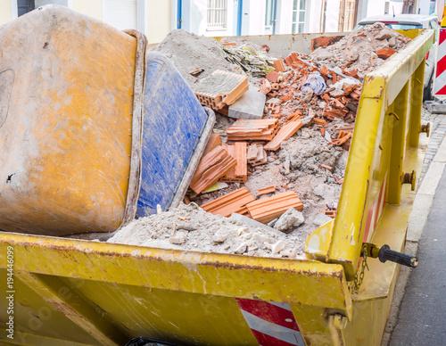 Fotografía  Container mit Bauschutt auf einer Baustelle