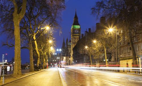 nocna-scena-z-big-ben-i-londynska-ulica-miasta