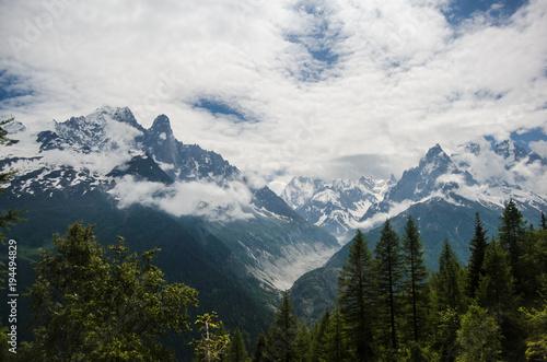 Zdjęcie XXL Pochmurny alpejski krajobraz górski