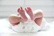 Leinwanddruck Bild - Pieds de jeune bébé