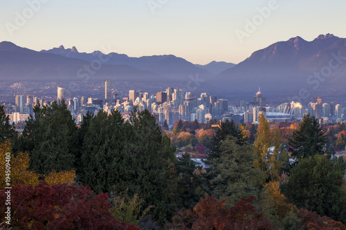 Spoed Foto op Canvas Canada Vancouver downtown and with mountains in the background