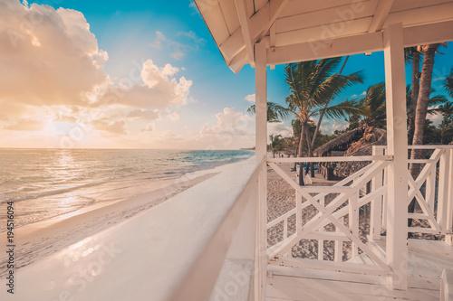 Fototapeta Punta Cana wschód słońca nad Karaiby plażą wewnątrz z ratownik stacją