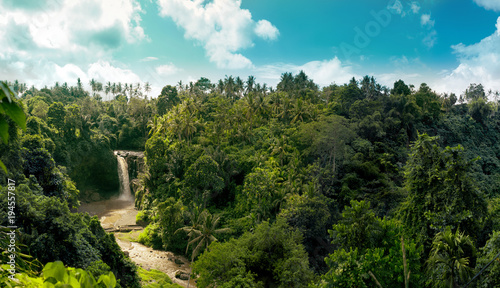 Montage in der Fensternische Wasserfalle Waterfall panorama in amazonian tropical rain forest with big river in the middle of jungle