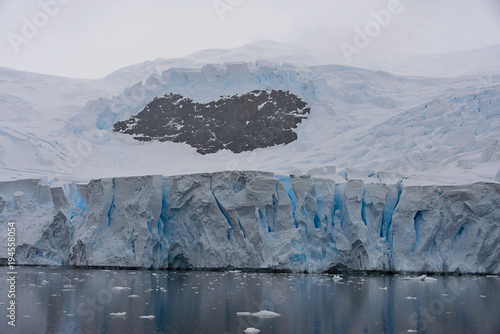 Tuinposter Antarctica Antarctic beach with glacier