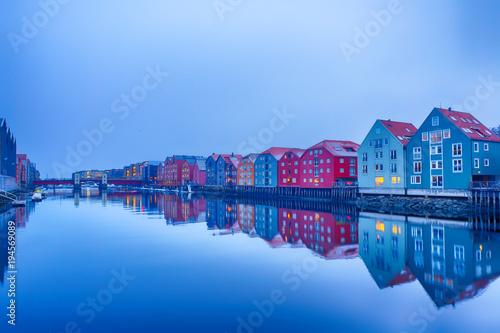 Fotografie, Obraz  Historische Häuserzeile Bakklandet in Trondheim
