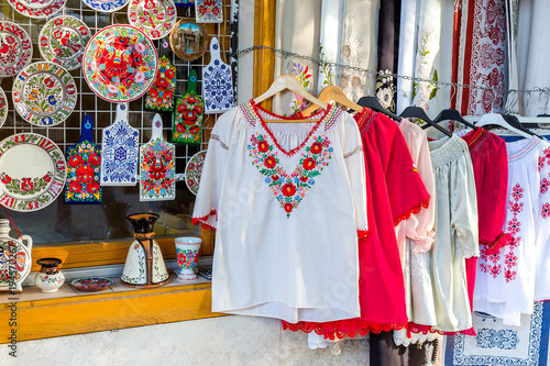 Fotografia Ethnic shirts with traditional Hungarian embroidery and decorative painted plate