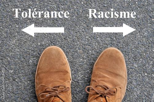 Chaussures devant des flèches indiquant tolérance et racisme Wallpaper Mural