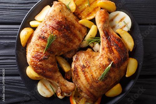 grillowana-noga-kurczaka-z-pomaranczami-cebula-i-makro-ziemniakow-poziomy-widok-z-gory