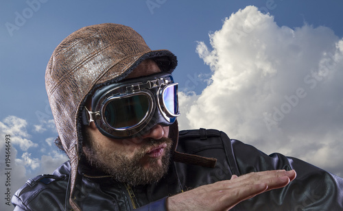 Photo Explore pilot of the 20s with sunglasses and vintage aviator helmet