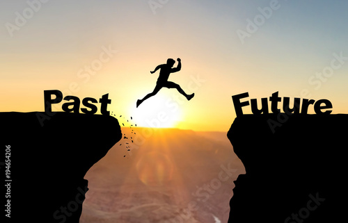 Canvastavla  Mann spring über Abgrund vor Sonnenuntergang mit Beschriftung Past/Future