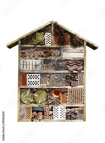 Insektenhotel als Behausung für den Artenschutz in der Natur, freigestellt, weißer Hintergrund