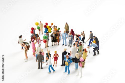 Canvas-taulu 丸く集まったミニチュア人形