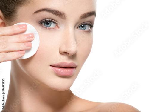 Fotografía  Girl removes makeup cotton ball from face