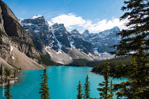 Foto op Plexiglas Blauw Beautiful Moraine Lake near Lake Louise in Alberta in the Canadian Rockies, Canada