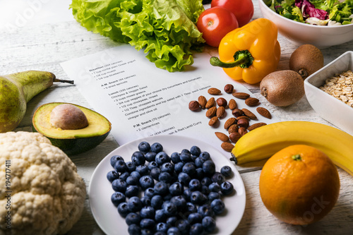 Fotografía  balanced diet plan with fresh healthy food on the table