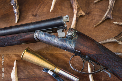 Foto op Aluminium Jacht Beautiful hunting rifle and deer antlers
