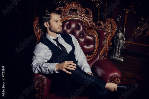 Fotografía  guy in vintage armchair