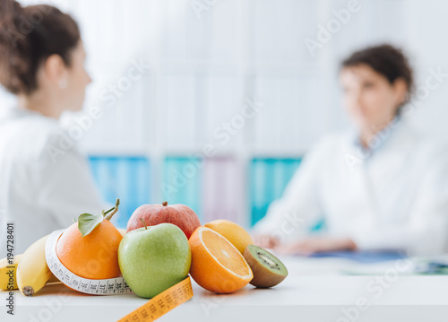 Stickers pour porte Magasin alimentation Nutritionist meeting a patient in the office