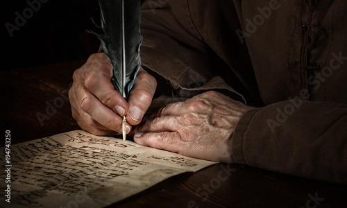 Fotografie, Obraz  Hände schreiben einen Brief im Mittelalter