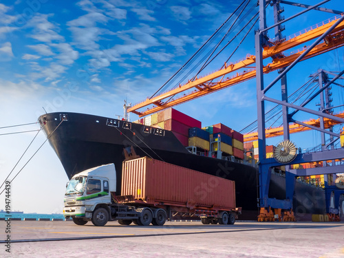 The container vessel  during discharging at an industrial port and move containers to container yard by trucks Canvas-taulu