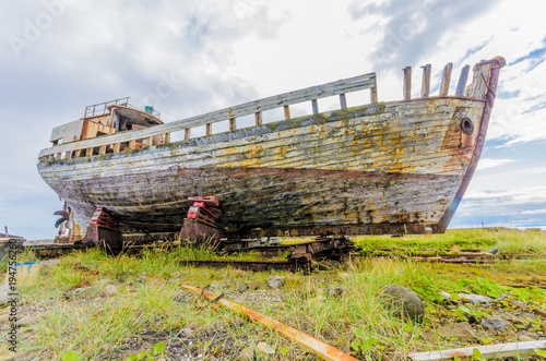 Tuinposter Schipbreuk old ship wreck in the grass