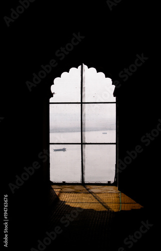 Photo Shadowy view on Ganga river through the islamic pattern window