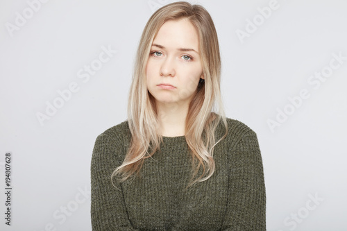 Fotografía Bewildered displeased sorrowful woman going to cry as sees no way out in difficult life situation, scowls face and curves lips, expresses negative emotions, isolated over white studio background